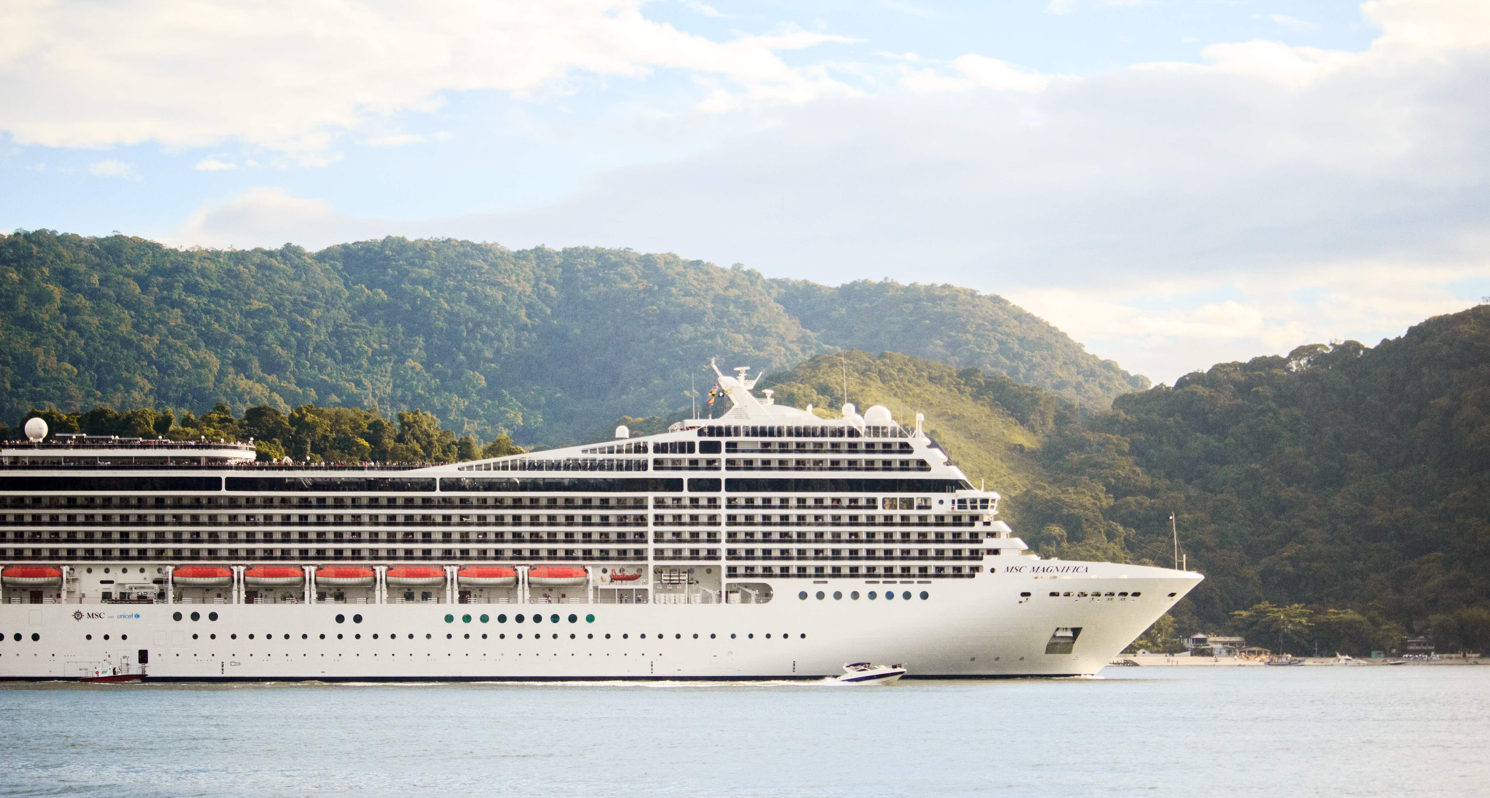 Can a cruise ship feel the impacts of tsunamis, earthquakes?