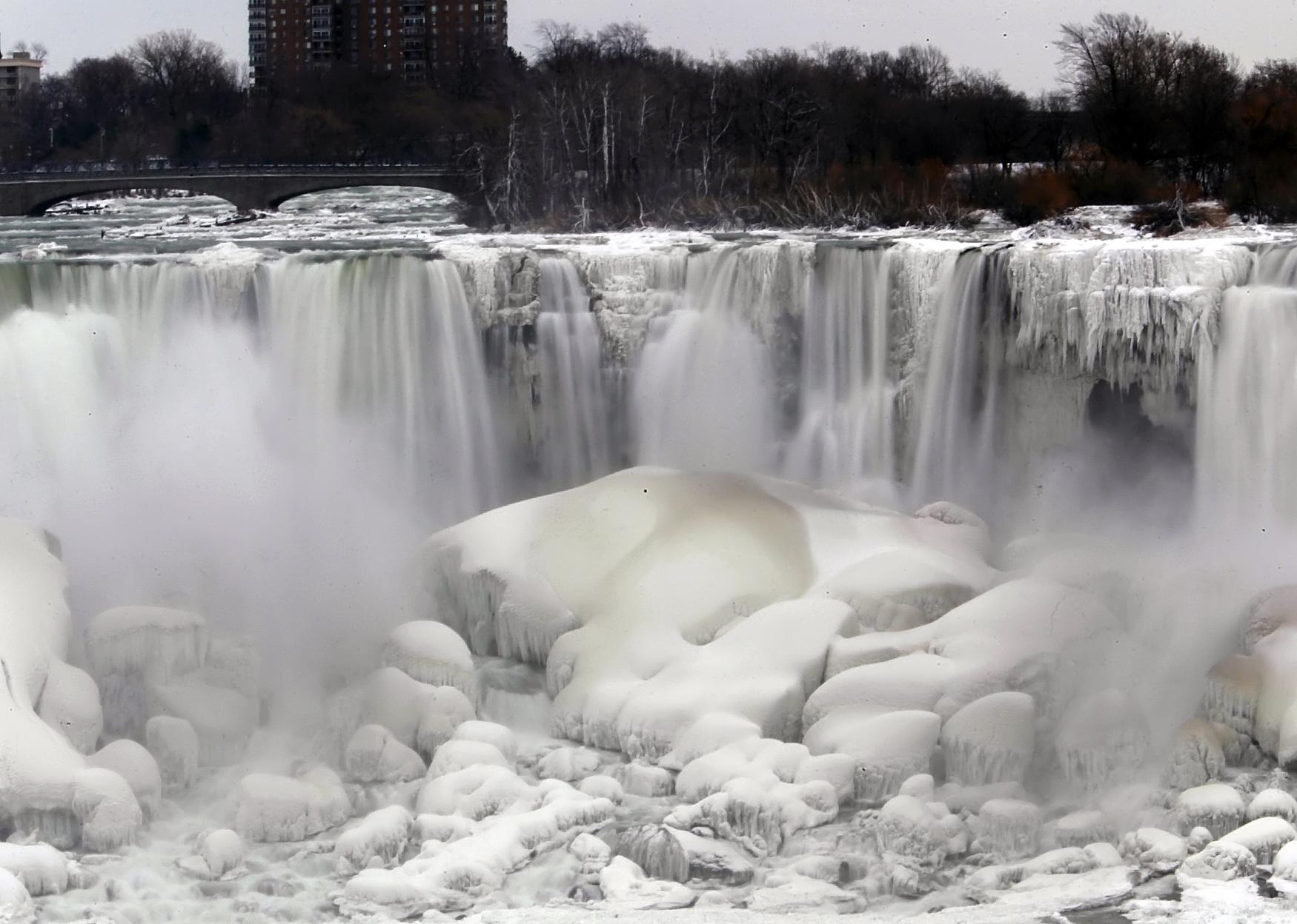 Photos Extreme Cold Transforms Niagara Falls Into Majestic