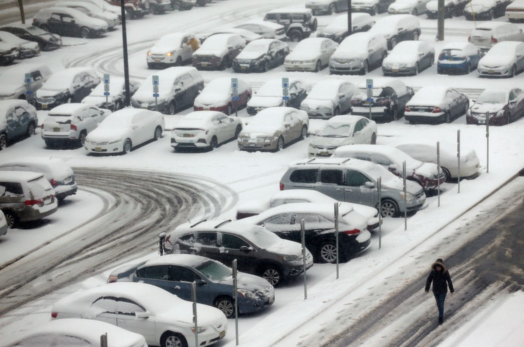 Reports: Snow, ice storm cuts power to hundreds of thousands