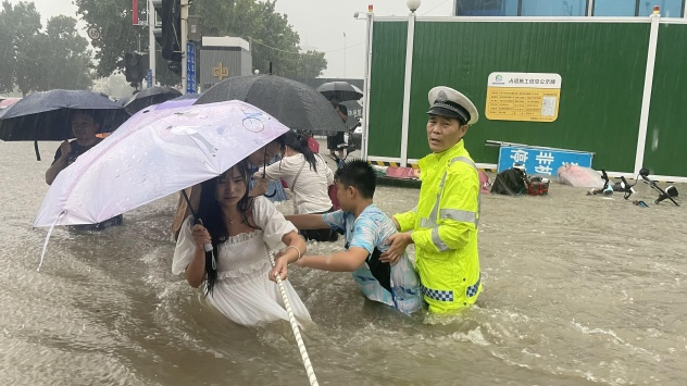 Chinese city inundated with a year's worth of rain in just 4 days 2021-07-21T115340Z_411429481_RC29OO9TPJOT_RTRMADP_3_CHINA-WEATHER-HENAN